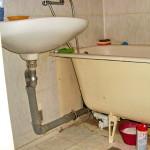 Как устранить запах канализации в ванной комнате